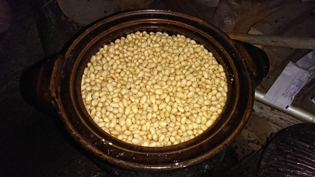 大豆を一中や水に浸した後