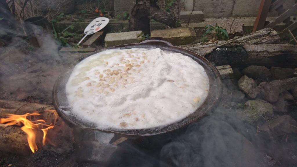 大豆を煮ていると灰汁が出てくる