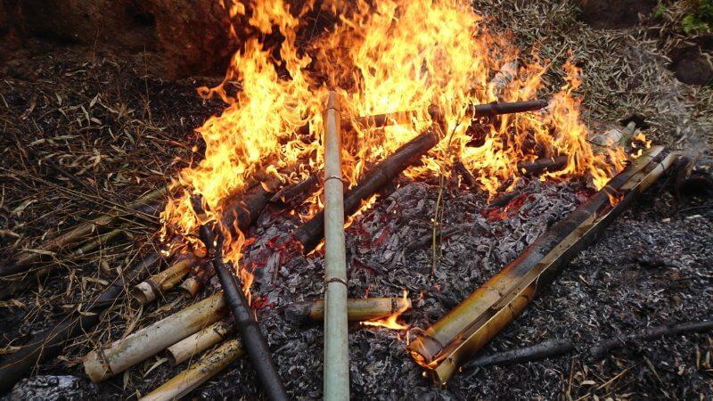 竹を火で炙る