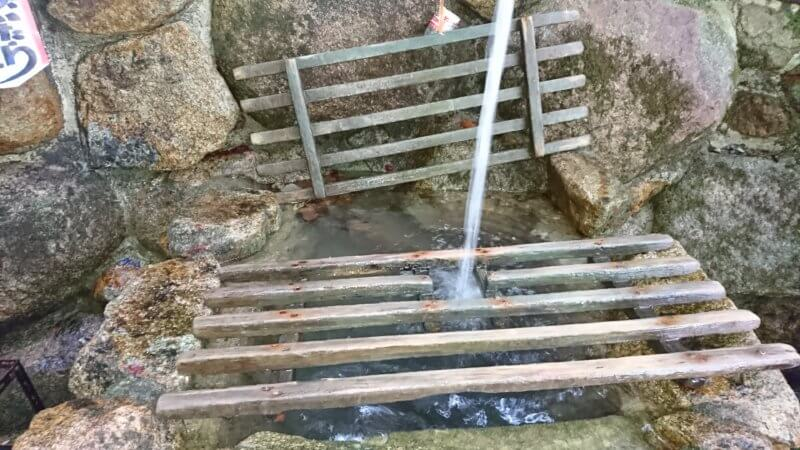 祈りの滝の湧水
