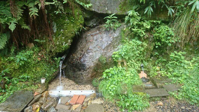権現山登山口の水